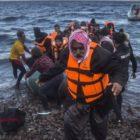Grecia se resigna a trasladar migrantes a su territorio continental