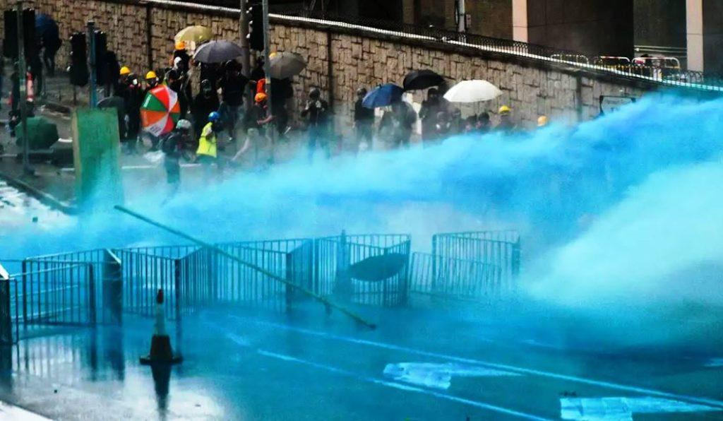 Protestas en Hong Kong prosiguen pese a lluvias y prohibición