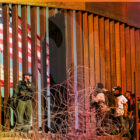 Migrantes se rebelan en la frontera de EE. UU y exigen asilo