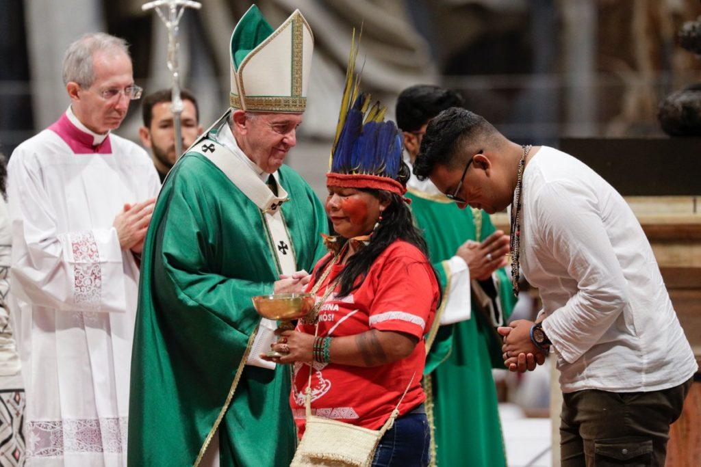 """El papa Francisco denunció, este domingo, que """"el fuego por intereses"""" devasta más que los incendios a la Amazonía, en referencia a la avidez de """"los nuevos colonialistas, de los que imponen las ideas de un grupo, de los que asesinan a líderes indígenas o ecologistas, de los privatizadores de tierras o de los que impulsan crímenes como la trata de personas y el tráfico de drogas""""."""