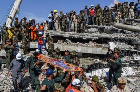 Derrumbe de edificio en obras enluta a Camboya / Foto: AFP