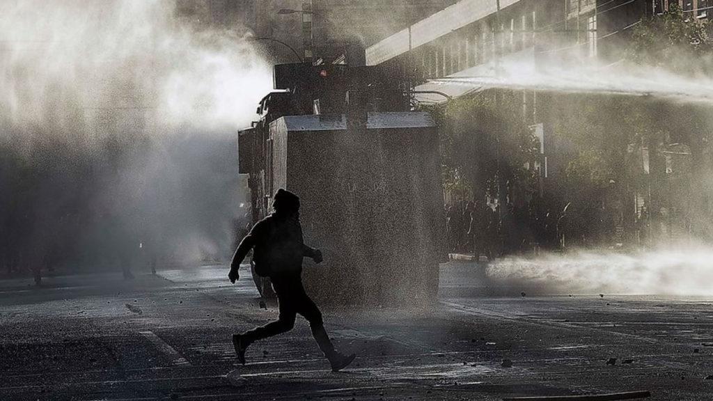 Exceso policial y un bus quemado deja nueva protesta en Chile