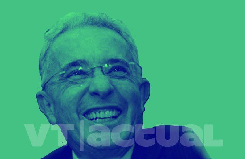 """Uribe olvida su """"rabo de paja"""" y arremete contra Petro"""