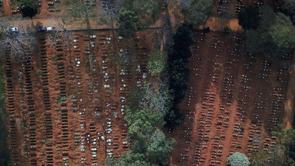 En Brasil alteran la paz de los muertos en busca de lugar para víctimas de la pandemia