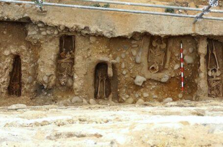 La historia de una piedra perdida y 11 cuerpos bajo un muro en Almazán