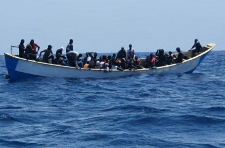Las Islas Canarias de España reciben una nueva afluencia de migrantes africanos