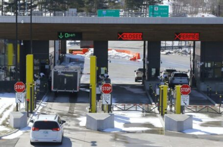 Las fronteras de EE.UU. con Canadá y México permanecerán cerradas a los viajes no esenciales