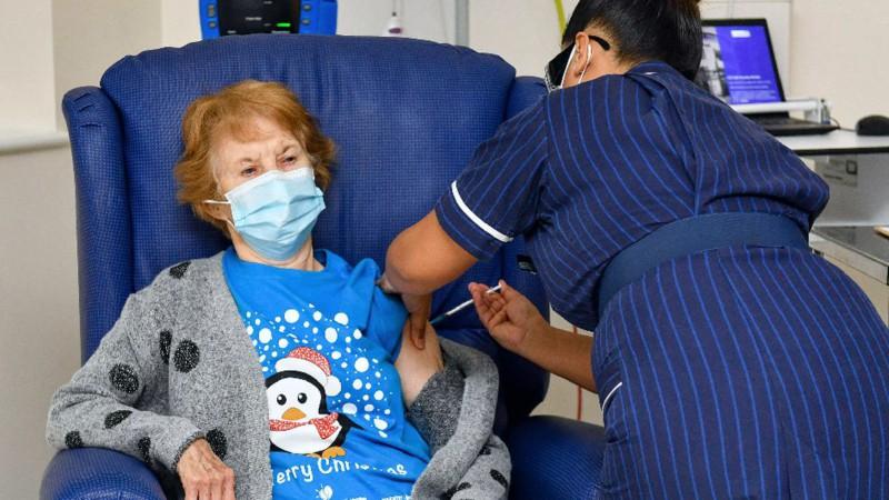Inicia plan de vacunación en Rusia y Reino Unido contra COVID-19