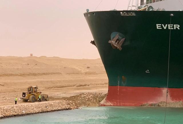 Varado desde hace 5 días: por qué es tan difícil liberar el barco que bloquea el Canal de Suez