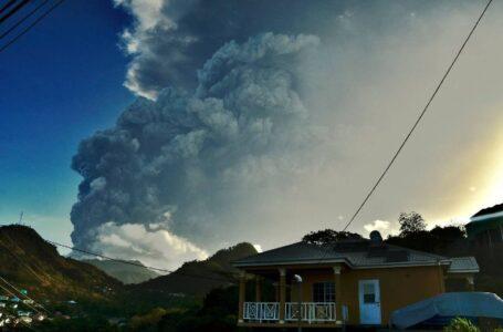 Las autoridades de San Vicente advierten a los residentes que se niegan a huir del volcán