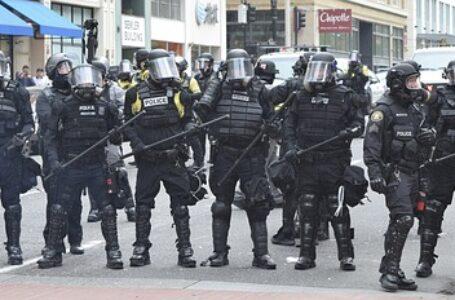 Los habitantes de Portland protestan contra los planes de Oregón de mantener las restricciones de Covid