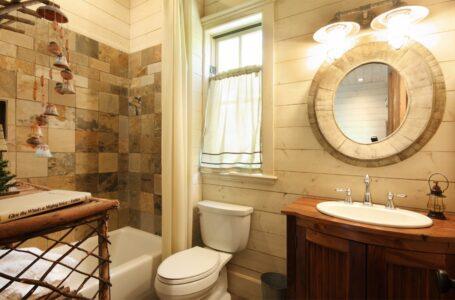 Baños modernos con un toque rústico gracias a la madera