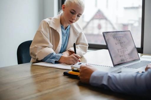 ¿Cuáles son los beneficios de contratar el servicio de una notaría?