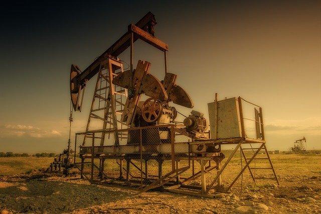 La OPEP+ reanuda las conversaciones sobre política petrolera en medio del enfrentamiento entre Arabia Saudí y EAU