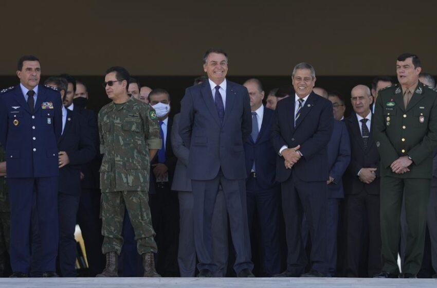 El desfile militar de Brasil en el palacio presidencial hace temblar a los políticos