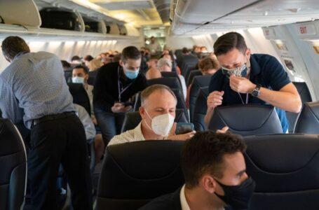 EE.UU. establece multas de entre 500 y 3.000 dólares para los viajeros que no lleven mascarillas